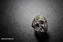 """Skull"" en argent et saphir rose"